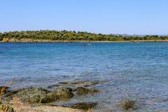 Overzeese mening van strand met zonnige hemel Stock Foto's