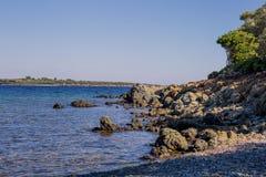 Overzeese mening van strand met zonnige hemel Royalty-vrije Stock Foto