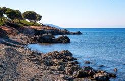 Overzeese mening van strand met zonnige hemel Stock Fotografie
