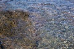 Overzeese mening van strand met zonnige hemel Stock Afbeeldingen