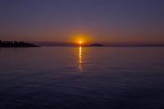 Overzeese mening van strand met zonsonderganghemel Royalty-vrije Stock Foto