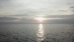 Overzeese mening, zeegezicht, aardachtergrond: de overzeese oppervlakte, blauwe hemel, wolken, schoon water, rimpeling, betrekt b stock videobeelden