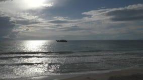 Overzeese meningen en het schip op de achtergrond van een het naderbij komen onweer stock videobeelden