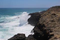 Overzeese nevelontploffingen tegen de zwarte klippen van de lavasteen bij Kaap Bridgewater, Australië Stock Foto