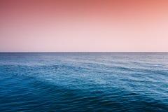 Overzeese Oceaan, de Hemelachtergrond van de Zonsondergangzonsopgang Stock Fotografie