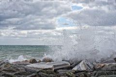 Overzeese Onweersstorm op de rotsen royalty-vrije stock foto