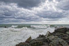Overzeese Onweersstorm op de rotsen Royalty-vrije Stock Afbeelding