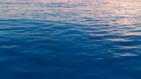 Overzeese oppervlakte met golven Stock Foto's