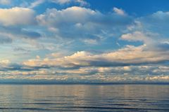 Overzeese oppervlakte onder de blauwe hemel Stock Fotografie