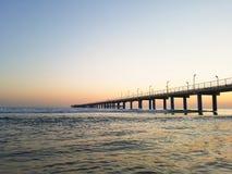 Overzeese pijler bij zonsondergang Anapa, Dzhemete stock foto