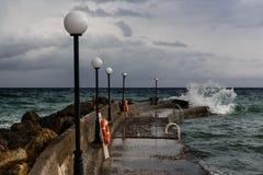 Overzeese pijler en onweerswolken Stock Fotografie