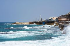 Overzeese pijler grote golven stock foto's