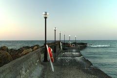 Overzeese pijler met lantaarns stock fotografie