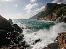 Overzeese plonsen op rotsachtige kust royalty-vrije stock fotografie