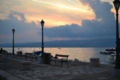 Overzeese promenade in Dorpen rond Spleet met overzeese mening, Dalmatië, Kroatië royalty-vrije stock foto