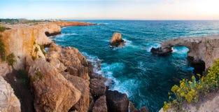 Overzeese rotsachtige Holen in Ayia Napa, Cyprus Royalty-vrije Stock Foto's