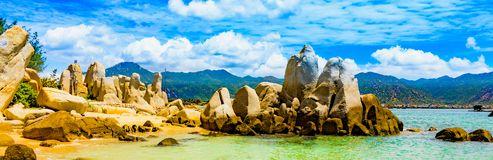 Overzeese rotsachtige kust royalty-vrije stock foto