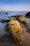 Overzeese rotsen bij de zonsondergang Stock Foto