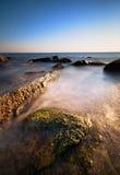 Overzeese rotsen bij de zonsondergang Stock Fotografie