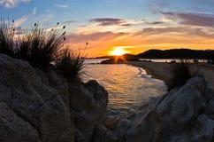 Overzeese rotsen bij zonsondergang, westkust van Sithonia, Chalkidiki Royalty-vrije Stock Afbeelding