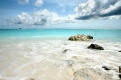 Overzeese rotsen in de Maldiven met boot in afstand Stock Afbeeldingen