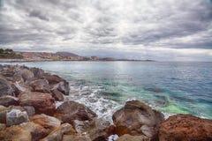 Overzeese rotsen en wolken Stock Afbeelding