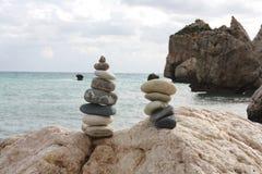 Overzeese rotsgeboorteplaats van Aphrodite Zen-als stenen op strand Royalty-vrije Stock Afbeeldingen