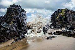 Overzeese rotsklippen in de Axim-kust stock foto's