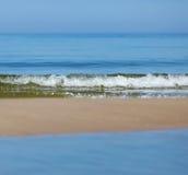 Overzeese rust, de hemel en de strook van zand Stock Foto
