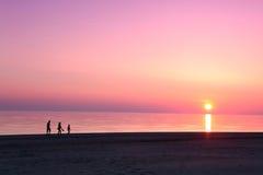 Overzeese scape scène in de Oceaan, strand oceaanzonsondergang Royalty-vrije Stock Foto's