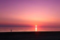 Overzeese scape scène in de Oceaan, strand oceaanzonsondergang Royalty-vrije Stock Fotografie