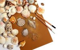 Overzeese shells naast het beeld Geheugen van het overzees Met ruimte voor de ontwerper stock fotografie
