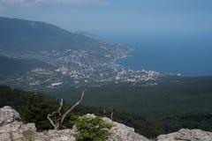 Overzeese stad op de achtergrond van groen en het overzees in de middag op een de zomerdag stock foto's