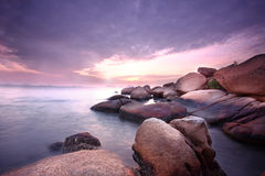 Overzeese stenen bij zonsondergang stock fotografie