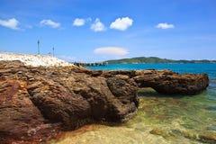 Overzeese strand en rots op blauwe hemel Royalty-vrije Stock Foto