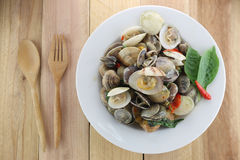overzeese tweekleppige schelpdieren of GERIBBELD VENUS CLAM van Stir saus in witte schotel royalty-vrije stock foto's