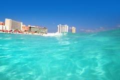 Overzeese van Cancun Caraïbische mening van omhooggaande golf Royalty-vrije Stock Foto's