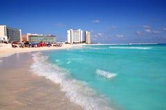 Overzeese van Cancun Caraïbische mening van omhooggaande golf Royalty-vrije Stock Afbeeldingen