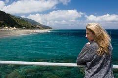 Overzeese van de blondevrouw openlucht, azuurblauwe blauwe achtergrond, strand en mountan Royalty-vrije Stock Afbeelding