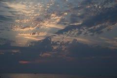 Overzeese van de zonsondergangaard hemelwolken Royalty-vrije Stock Afbeelding