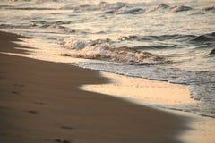 Overzeese van de zonsopgang golven Royalty-vrije Stock Foto's