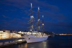 Overzeese van het cruiseschip Wolk II legde bij de pijler Engelse, witte nacht vast Heilige Petersburg Stock Foto