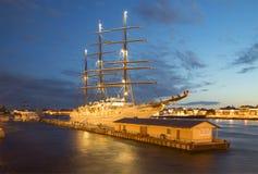 Overzeese van het cruiseschip ` Wolk II ` op Engelse Jachthaven, witte nacht Heilige Petersburg Royalty-vrije Stock Foto's