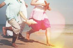 Overzeese van het familiestrand Zandzeester Shell Vacation Concept Stock Foto's