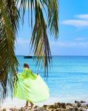 Overzeese van meisjesporeo palm Royalty-vrije Stock Afbeeldingen