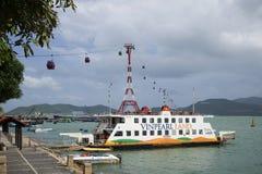 Overzeese veerboot en kabelwagen bij een pretpark Vinpearl Nha Trang, Vietnam Royalty-vrije Stock Foto