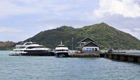 Overzeese veerboot op dok bij de haven Stock Foto