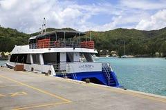 Overzeese veerboot op het dok bij haven Royalty-vrije Stock Foto