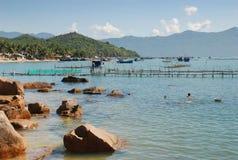 Overzeese viskwekerij Kooien voor kweken van viszeebaars in Nha Trang, Vietnam stock fotografie