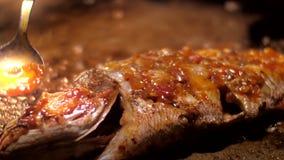 Overzeese vissen met gouden korst zoete en kruidige tropische saus stock videobeelden